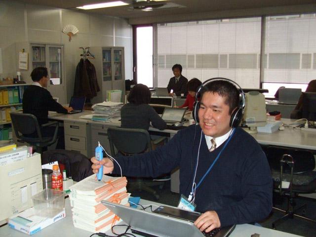 公文式英語の音声教材を使って、仕事をしている様子
