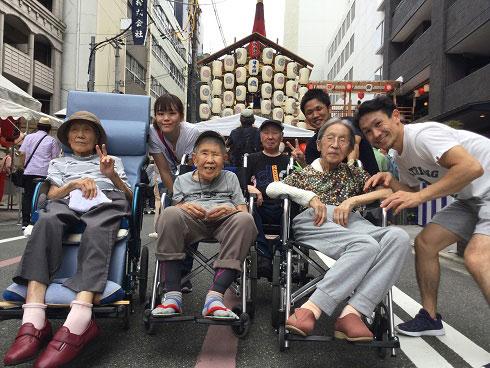 菊水鉾の前で記念撮影