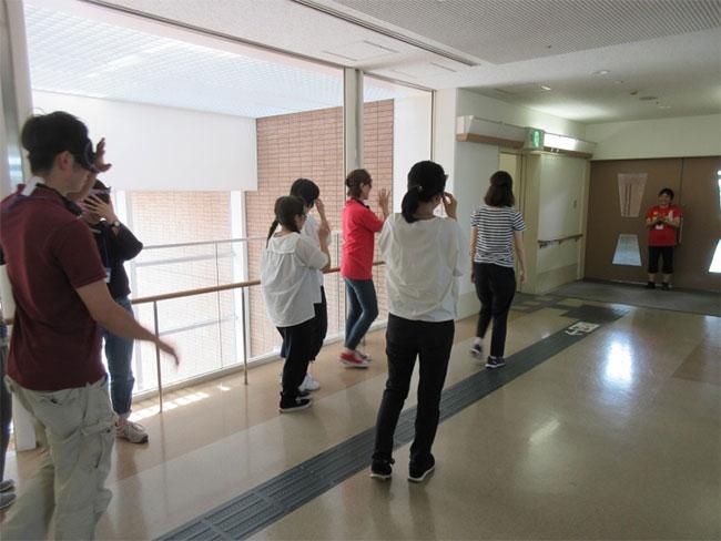 廊下を一人で移動