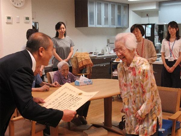 京都市職員の方からお祝い状の贈呈