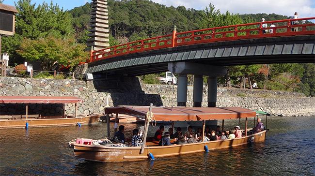 喜撰(きせん)橋をくぐった遊覧船