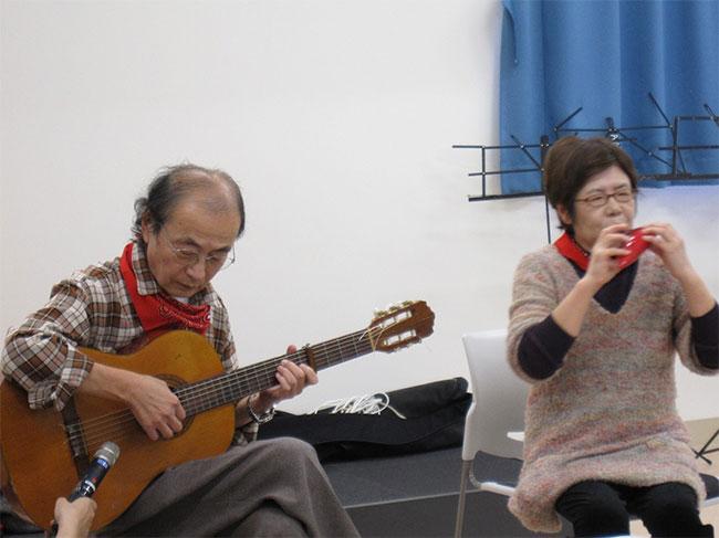 ギターとオカリナを演奏する利用者さん