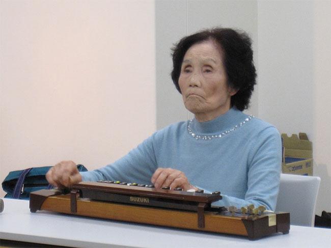 大正琴を弾く利用者さん