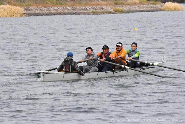 監督、3人のチームメイトと共にボートに乗って練習中