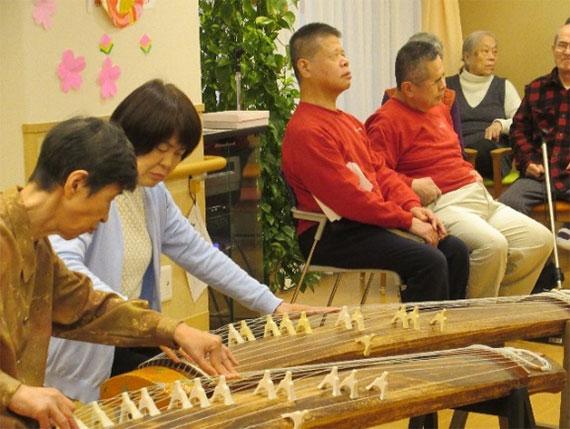 お琴クラブの皆さんによるお琴