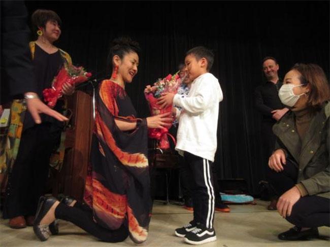花束を贈る男の子