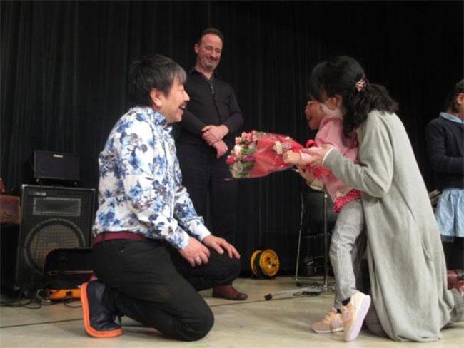 松任谷愛介さんに花束を贈る女の子