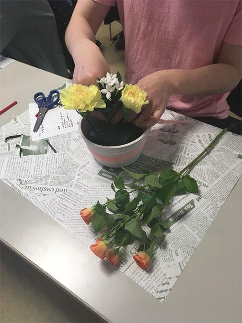 メインのお花をオアシスに挿しています