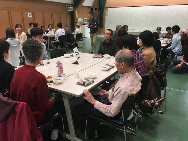 昼食をとる参加者