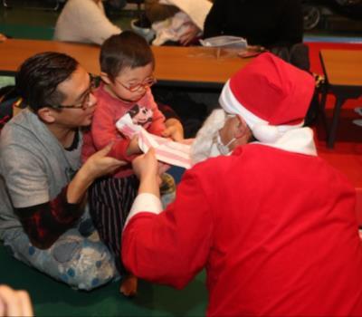 サンタさんからプレゼントをもらう子どもたち