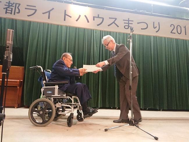 退任される中橋監事へ瀧本理事長から感謝状
