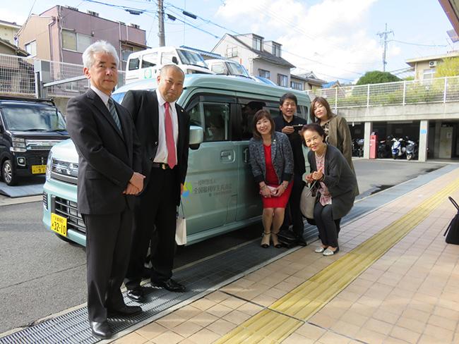 写真:送迎車とともに記念撮影