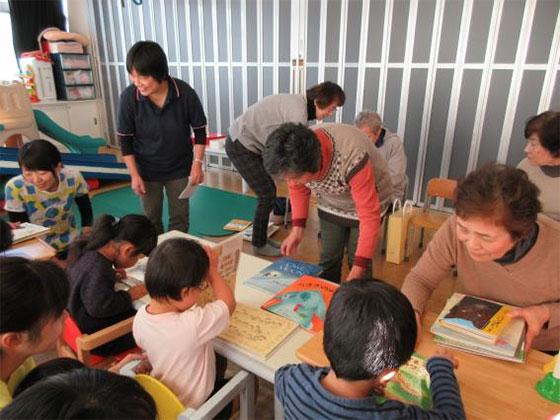 絵本を手に取って楽しむ子どもたち