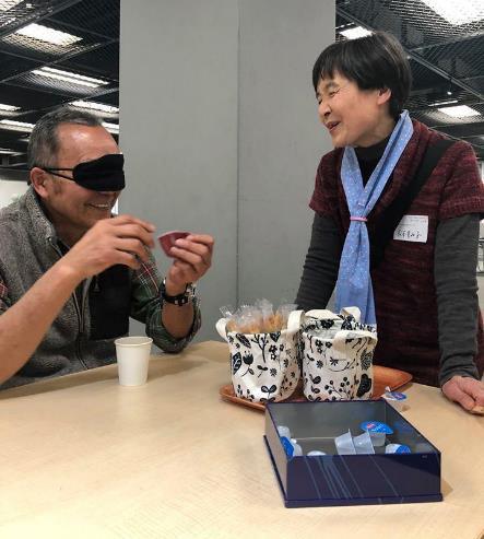 ブラインド喫茶を体験する男性