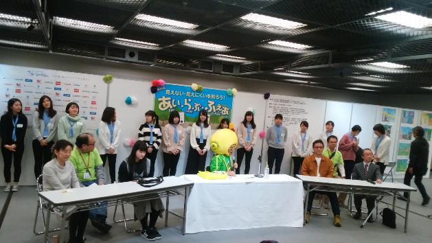 レモンさんトークショーにて、学生ボランティアの方々とクイズ大会