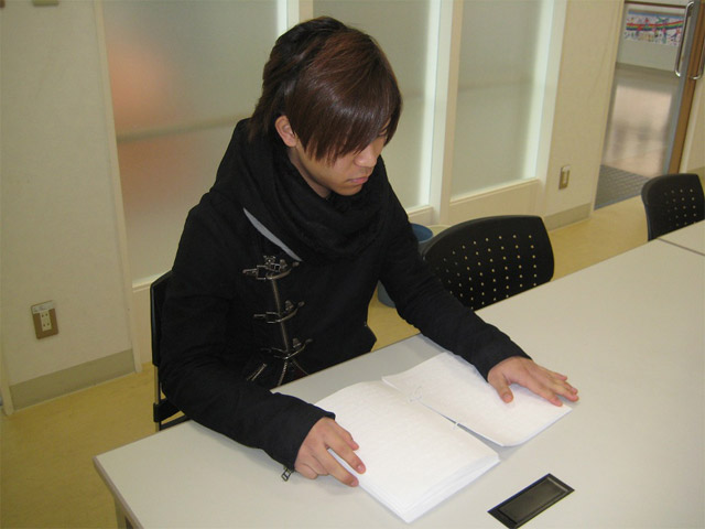 点字を読む濱ノ上さん