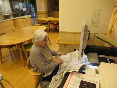 拡大読書器で新聞を読んでおられる堀様①