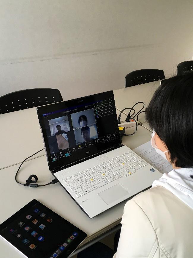 ライトハウスのパソコン画面に在宅の利用者さん達の姿が映っています