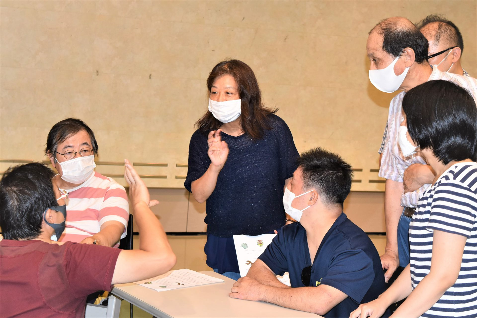 マスク姿で真剣な眼差しでルール説明を聞く利用者