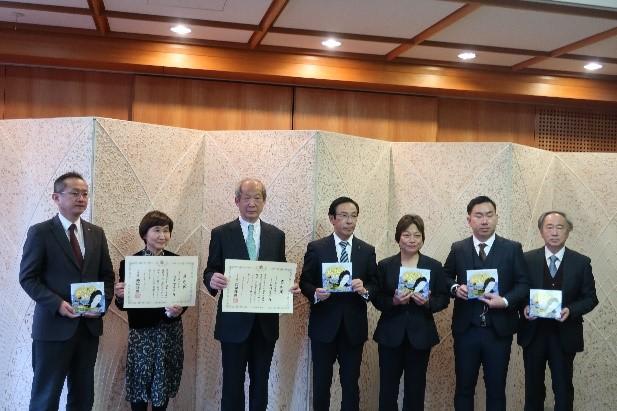 京都府庁での贈呈式 西脇府知事・作者の方々と記念撮影