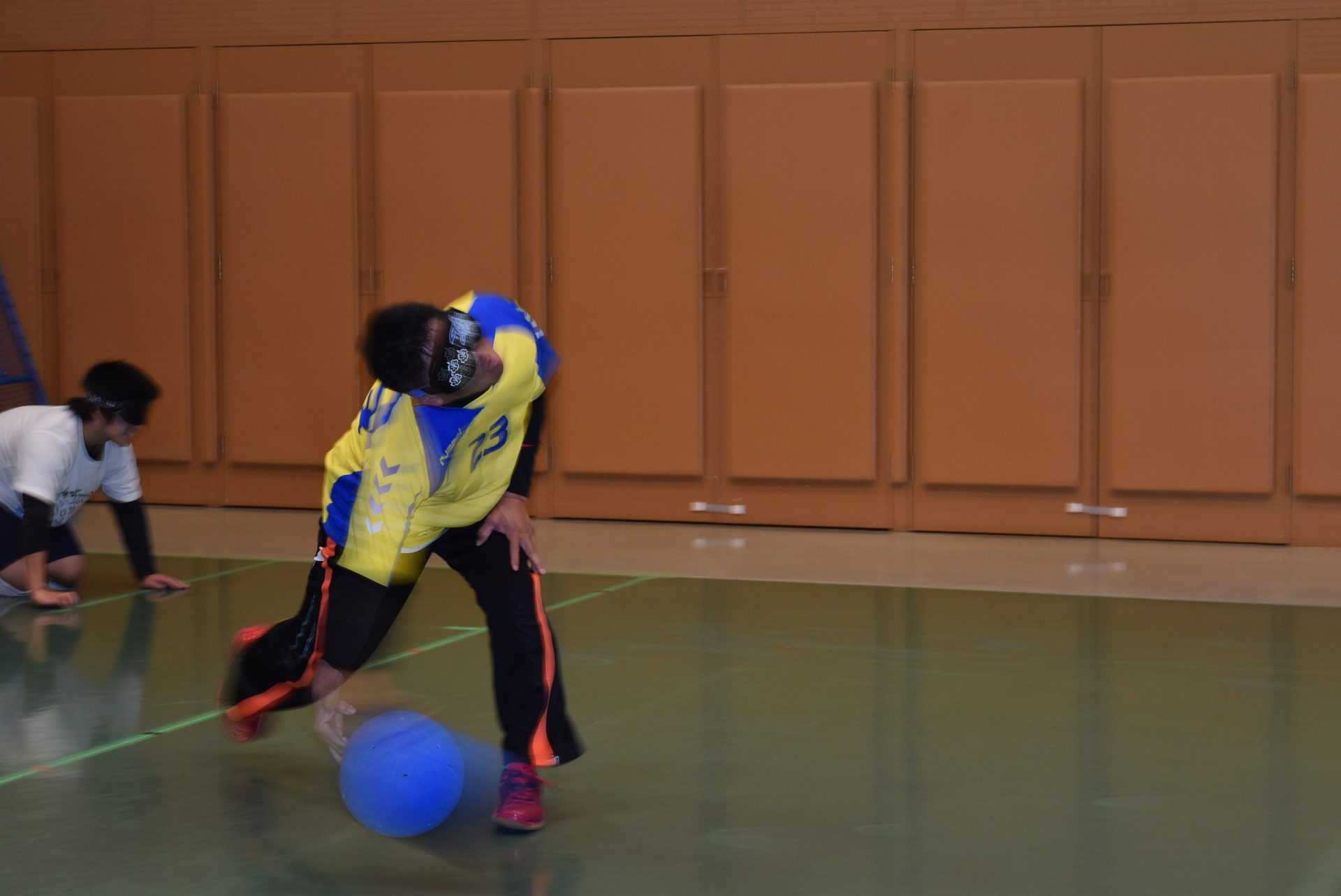 素早くボールを投げる中村さん