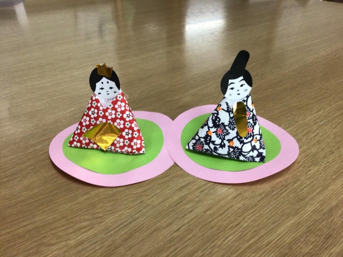可愛いひな人形が完成しました!折り紙の柄が良い味を出しています。