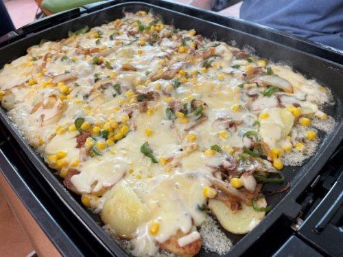 ホットプレートにいっぱいの大きなポテトピザが出来上がりました。
