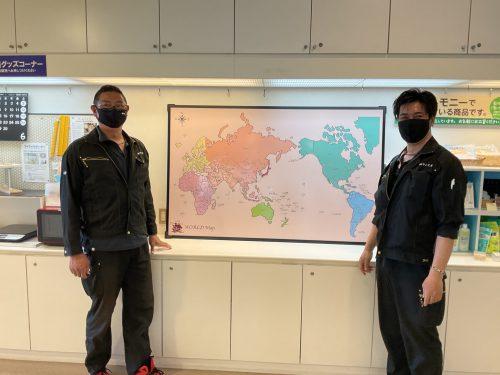 点字付き世界地図を作成された株式会社サン工芸の方々。ご寄贈いただきましてありがとうございました。