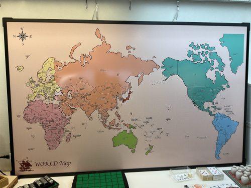 横約160cm、縦約100cmの巨大な世界地図(非売品)です。